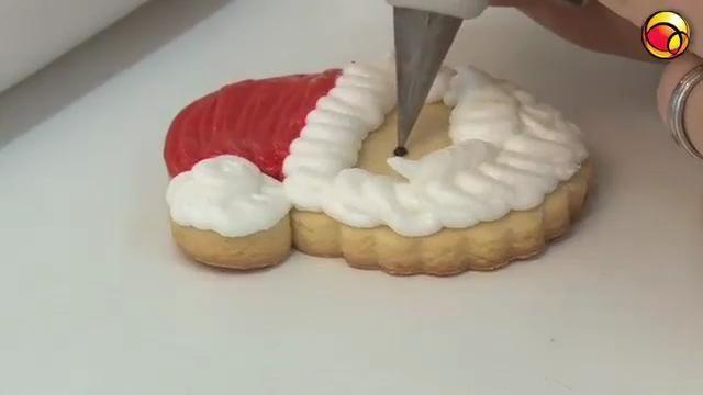 Aprenda a fazer lindos biscoitos decorados para o Natal, ótimos para presentear amigos, decorar a árvore ou mesmo ganhar um dinheirinho extra nesse fim de ano. Roberta Gauss, da Cakery  (www.cakery.com.br), ensina uma receita fácil e gostosa.                          Massa:                                    250g de farinha de trigo                  100g de manteiga                  100g de açúcar de confeiteiro                  Raspas de limão                  1 ovo inteiro…