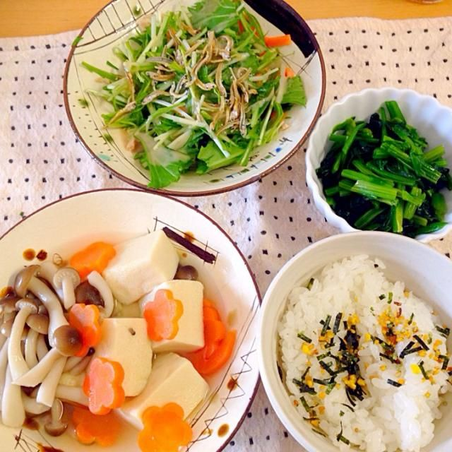人参は二歳の娘と一緒に花形に。 頂きまーす! - 15件のもぐもぐ - 水菜と小魚のサラダ。ほうれん草のおひたし。高野豆腐の煮物。 by yukik816