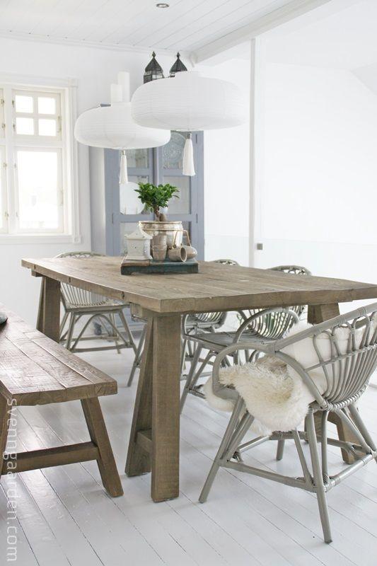Mesa de comedor, sillas de mimbre y banco de madera
