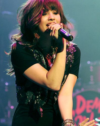 Demi Lovato looks like carly rae jephsen comment if you think so i will also try to follow you guys bye :)