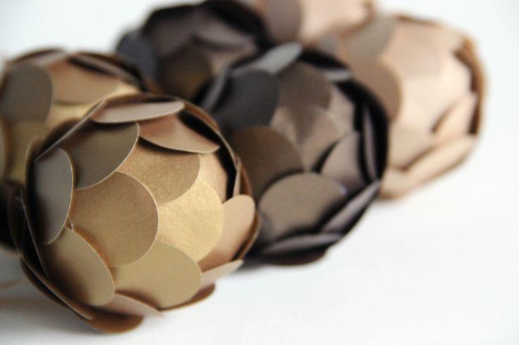 Papírová koule /// na přání Jedna vánoční ozdoba z papíru a polystyrenu, zavěšená na očku ze stužky. Rozměr koule je cca 4,5 cm. Na fotografiích vidíte barvy papíru: zlatá, čokoládová, cappuccino.Ozdobu můžu vyrobit v jakékoliv barvě (pouze v jedné barvě nebo v kombinaci různých barev...), napiš mi zprávu.