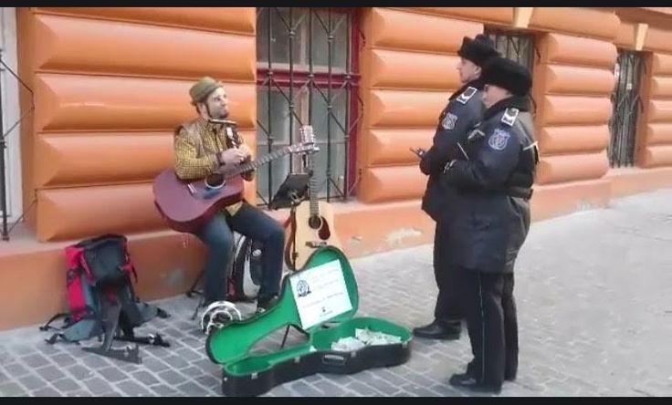 VIDEO: Artist stradal și poliția locală interacționează pe Republicii