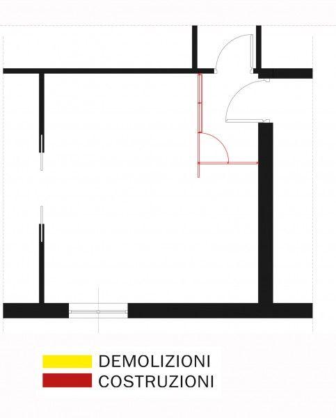Per risolvere questo problema si è pensato quindi di ricavare una piccola area di ingresso separata dal resto del soggiorno mediante una struttura in metallo e legno: si è scelta questa soluzione piuttosto che una tradizionale divisione con pannelli in cartongesso, per limitare lo spessore delle pareti ed evitare quindi di togliere spazio al salotto