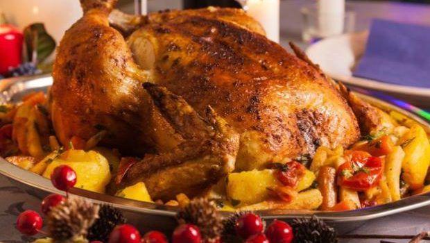 Τα Χριστούγεννα πλησιάζουν. Όλοι ψάχνουμε ιδέες για το Χριστουγεννιάτικο τραπέζι. Επειδή στην Ελλάδα τη γαλοπούλα δεν τη τιμούμε δεόντως, σας δίνω μια συνταγή για έναν υπέροχο γεμιστό κόκκορα με κιμά, κάστανα και αποξηραμένα φρούτα στο