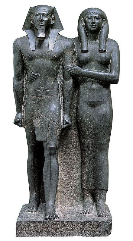 rappresentazione De il faraone Micerino in compagnia della moglie Khamerer-Nebti - ca al 2520 a.C. - iconografia: le due figure si trovano di fronte, i pugni di Micerino sono stretti, uno dei due piedi è più avanti dell'altro. Conservata a Boston nel Museum of Fine Arts, fu ritrovata presso la valle di Giza. Basalto con chiusura nel blocco