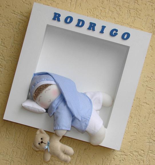 Quadro para porta de maternidade em MDF. Tamanho 34x34. Boneco de tecido dormindo (na cor desejada), travesseirinho, ursinho de pelúcia na mão.