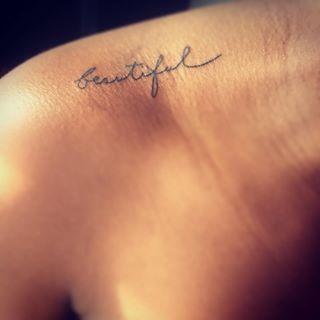 Esta encantadora caligrafía | 35 Diseños de tatuajes perfectos para el hombro
