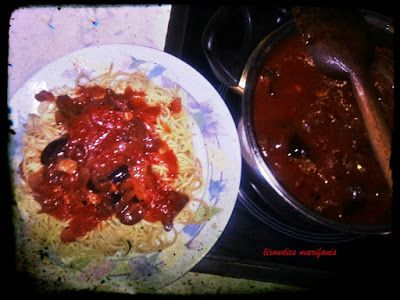 Mακαρονάδα με κόκκινη σάλτσα και ελιές