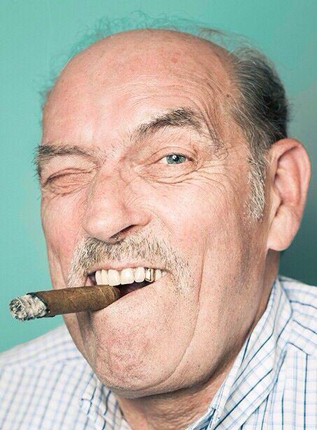 Man met gouden tand in prothese www.kunstgebitten.be