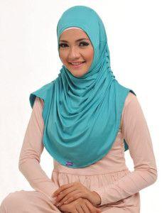 Zaira m Ayra    Variasi lipit pada 2 sisinya memberikan efek 'drapery' di bagian depan, efek yang sedang digemari saat ini.    Note : 1 set dengan bandana  http://jilbabmodis.net/elzatta-hijab/zaira-m-ayra
