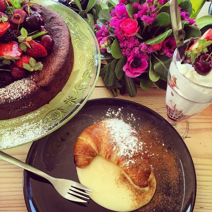 Από πάνω αριστερά & δεξιόστροφα: κέικ χωρίς γλουτένη (δεν τρωγόταν), προφιτερόλ (παχύ & νόστιμο) & φυσικά το διάσημο πια