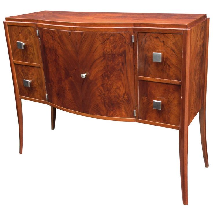 1930 yılı Fransız Art Deco dönemine ait başarılı bir antika dolap.  Art deco dönemi bilindiği üzere önceki mobilya sanatlarının kullanmadığı sanayileşmeyi kullanmıştır. Bu sebepten el oymacılığını yerine daha çok simetri ve geometrik mobilyalar üretilmiştir.