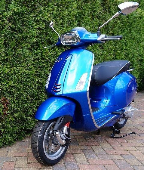 Hier is ie dan, de nieuwe Vespa Sprint! Deze prachtige blauwe Sprint kunt u gemakkelijk online kopen bij de Vespastore dealer! Deze Vespa beschikt over een zuinige 4-takt Vespa motor. De azzurro blauwe Sprint wordt gratis bij u thuis bezorgt met instructies. Wij bezorgen o.a. in Utrecht, Eindhoven en Tilburg, en natuurlijk de rest van Nederland.
