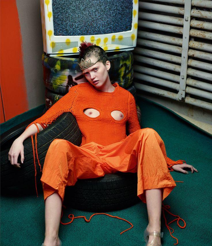 Ruth porte un top et un pantalon Craig Green. Tiare Saint Laurent by Hedi Slimane. Chaussures et boucles de la styliste.  Photo par Mario Sorrenti