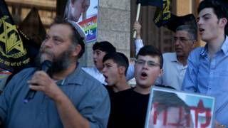 Image copyright                  Getty                  Image caption                     Benzi Gopstein junto a integrantes de Lehava en una manifestación en contra del desfile del orgullo gay desarrollado en Jerusalén en julio.   La ciudad vieja de Jerusalén es una de las zonas de mayor tensión en el actual conficto entre judíos y árabes en Israel. Allí un grupo formado en su mayoría por varones jóvenes patrulla las calles como si fueran policía