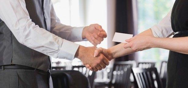 Jak zdobyć kontakty biznesowe na spotkaniach networkingowych?  Spotkania networkingowe są idealną okazją do pozyskania nowych kontaktów biznesowych. Dla osób zaznajomionych z networkingiem zdobywanie nowych kontaktów nie stanowi większego problemu, ale początkujący przedsiębiorcy mogą mieć z tym kłopoty. Dlatego w tym artykule dajemy porcję porad, które mogą pomóc nawiązać kontakty biznesowe w trakcie spotkań networkingowych.