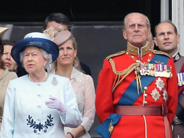 """Die Einberufung eines Notfall-Treffens im Buckingham Palast hat den Stein für die wüstesten Spekulationen ins Rollen gebracht. Liegt die Queen etwa im Sterben? Oder hat sich die Monarchin, die seit 1952 auf dem Thron des """"Commonwealth Realms"""" sitzt, dazu entschlossen, ihrem Sohn Prinz Charles Platz zu machen? Alles falsch, wie sich nun herausgestellt hat..."""
