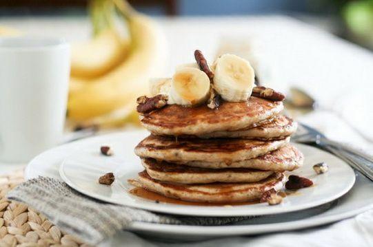 Рецепт теста: 2 банана 1 яйцо ложка сахара (можно и без него) стакан муки полстакана молока сода Дайте ребёнку помять спелые бананы картофелемялкой , затем добавьте туда остальные ингредиенты и перемешайте.