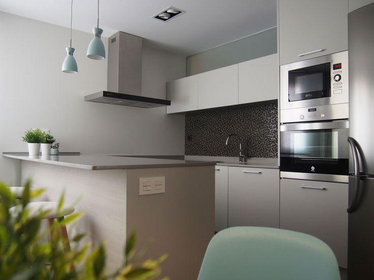 Cocina moderna. Lámparas vintage lacadas. Revestimiento de pared con azulejo porcelánico. Fijo de cristal superior. Proyecto diseñado y desarrollado por AZ diseño.