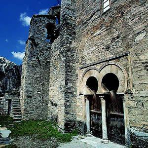 La iglesia de Peñalba de Santiago, en su origen formaba parte del monasterio de San Genadio (s.X), Valle del silencio (León)