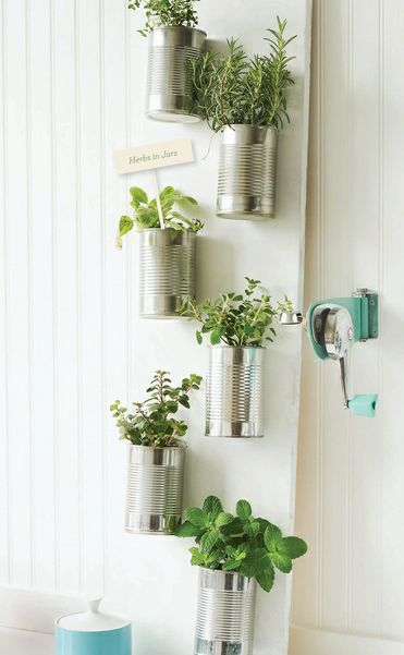 """Boîtes de conserve en """"vase"""" cloutée sur planche de bois peinte en blanc !"""