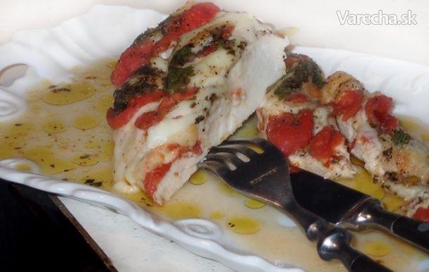 Kuřecí prsa s bazalkou, rajčaty a mozzarellou (fotorecept) - Recept
