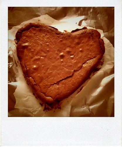 Un brownie au chocolat et aux pépites de chocolat blanc extra fondant et rapide à réaliser ... Miam !