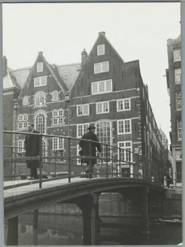 1948. Stadsbank van Lening at the Oudezijds Voorburgwal in Amsterdam. The Stadsbank van Lening is an Amsterdam credit bank, which was founded in 1614. The bank is a non-profit municipal organization that employs 85 people. It is the oldest money lender of Amsterdam. Credit is based on collateral, according to the system of the pawn shop. Photo Spaarnestad / Wiel can der Randen. #amsterdam #1948