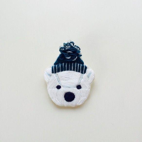 pulpy。白くまニット帽(ブルー) 刺繍ブローチ