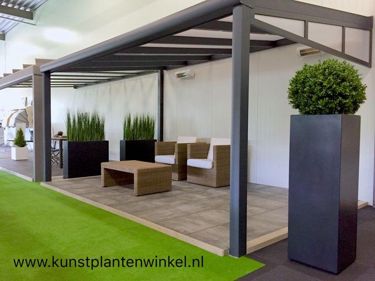 Kunstplanten in plantenbakken in showroom terrasoverkappingen.