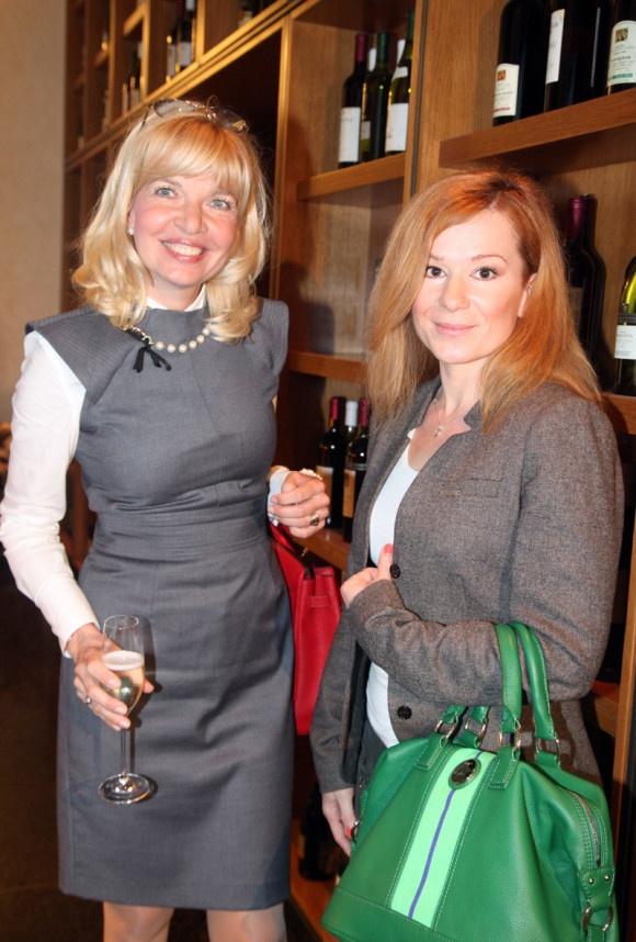 Aha, ako sa vie seriálová Dorotka vyparádiť. Na fotke s generálnou riaditeľkou Markízy Zuzanou Ťapákovou. Viac o tomto milom stretnutí nájdete na http://burlivevino.markiza.sk/clanok/aktualne/burlive-vino-tvorcovia-mu-totalne-podlahli.html