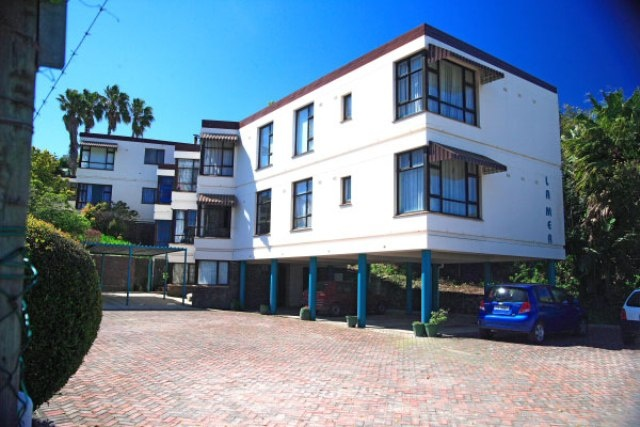 This is a lovely fully furnished one bedroom flat in Knysna Central.  It is a two minute walking distance to town. It has undercover parking. It is suitable for a single person or young couple starting out. DSTV is optional at your own cost as there is a decoder and card in the flat.R3500 Call Catherine on 0713507319