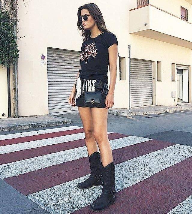 @sterre.noa nos muestra en este look la combinación de unas botas camperas negras con la punta cuadrada y decoración de hebillas. Sendra Boots Botas Mujer minifalda negra piel look heavy metal festivalero bolsito negro