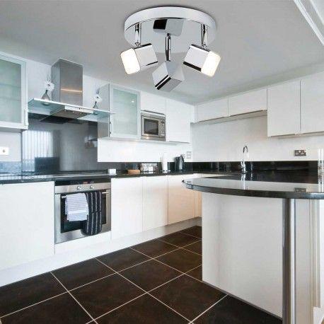 Plafón de techo Quad para estancias modernas con tres puntos de iluminación LED en forma de cubo, potencia de 4 W cada uno y temperatura de luz cálida. Está fabricado en metal y acabado en cromo o plata. Disponibles ambos.