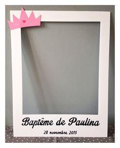 Voici un cadre en forme de photo Polaroïd qui donnera un côté vintage et rétro à votre Photo Booth ou selfie ! Ici personnalisé pour le baptême d'une petite fille.   Cadre - 16526038