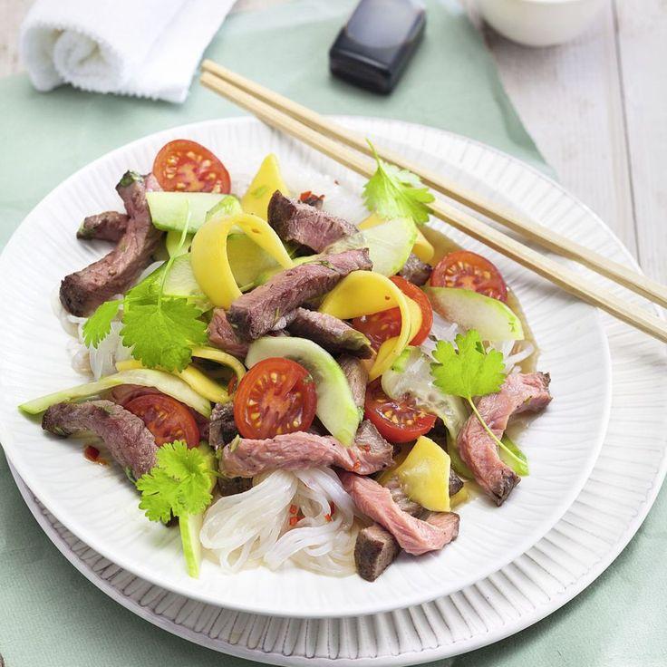 Nudelsalat im Low-Carb-Gewand: Mango, Tomaten und Roastbeef gehen in diesem Rezept eine köstliche Liaison mit Konjak-Nudeln ein. Guten Appetit!