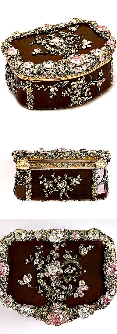 Royal snuffbox ~  Carved agate, chased and inlaid gold, and set hardstones and diamonds backed with foil | The House of Beccaria#