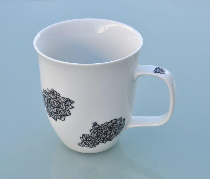 Hrneček Obláčky kubistické Větší hrnek s kubistickými obláčky... Ručně kresleno fixem na porcelán, vypáleno, použít se dá do mikrovlnky i myčky.