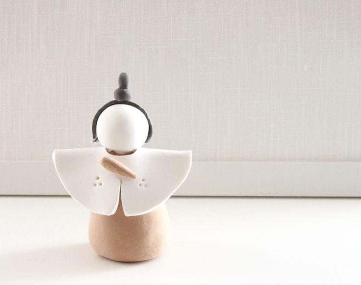 今回は簡単に作れるお雛様をご紹介いたします ピンクの粘土を円錐型にします。...