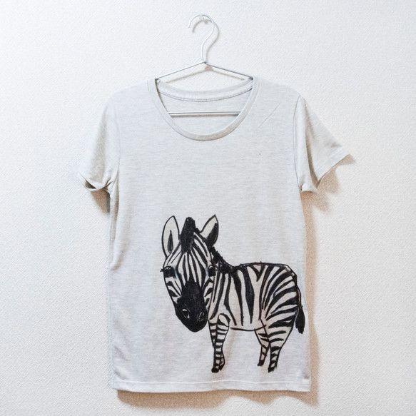 強めの筆圧で描いたどうぶつシリーズTシャツです。シマウマの絵です。右下からのぞきこんでこっち見てます。上にカーディガン羽織ったら本当にのぞきこんでいるみたい。...|ハンドメイド、手作り、手仕事品の通販・販売・購入ならCreema。