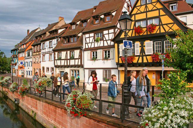 REN IDYLL: Blomster, kanaler og velholdte bindingsverkshus på rekke og rad. Det er Alsace. Spesielt populært å besøke nå på høsten, når det stunder mot vinfester i de mange deilige vinbyene - som Colmar.