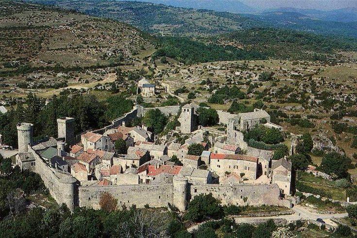 Au coeur du causse du Larzac surgit soudain une masse fortifiée, celle de la cité de La Couvertoirade - Aveyron