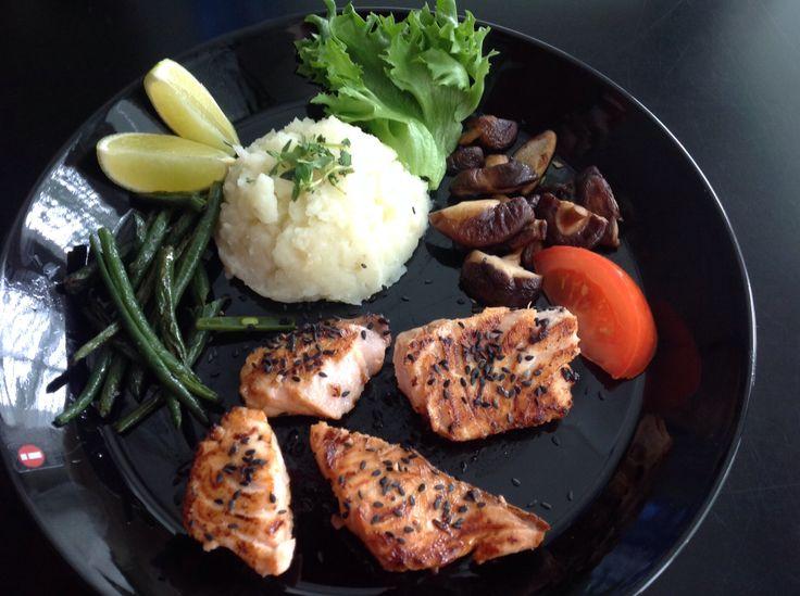 Teriyaki-sesam salmon with beans and mushrooms