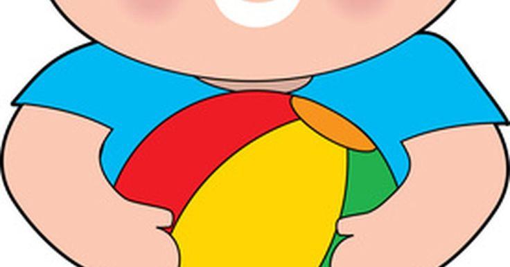 """Juegos para enseñarles a niños pequeños a jugar voleibol. Aunque los niños pequeños pueden no ser capaces de jugar físicamente un partido de voleibol con una pelota dura y una red de tamaño reglamentario y siguiendo las reglas, pueden comenzar a aprender habilidades que les ayudarán en este juego. Howie Weiss, quien escribió el libro """"Diversión, entrenamiento y habilidades: el acercamiento original a los ..."""