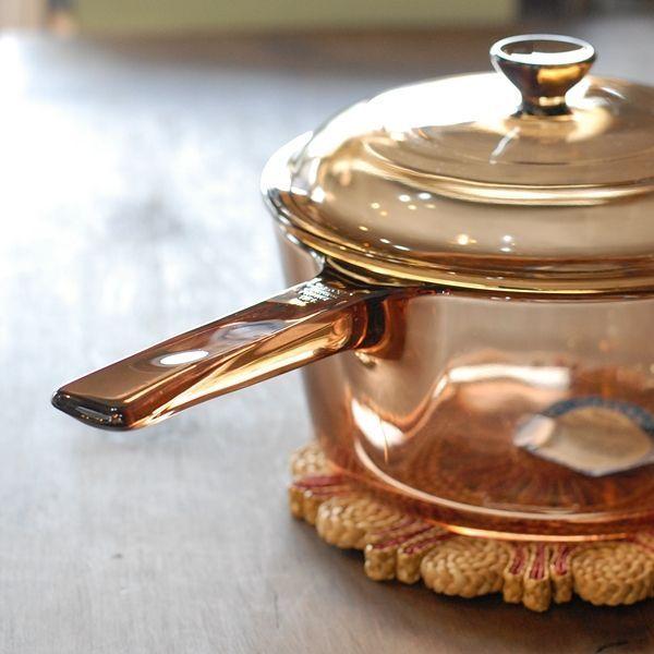 耐熱ガラスのお鍋、「VISION(ビジョン)」。澄んだ琥珀色が特徴的です。フランスで誕生し、その後生産はアメリカへと移行したそう。今回は「VISION」の特徴や使い方などをご紹介していきます。骨董市や蚤の市などで、運がよければデトックス(中古品)として格安で買えることもあるそうですよ!掘り出し物を見つけて、キッチンライフを楽しんでみてはいかがでしょうか?