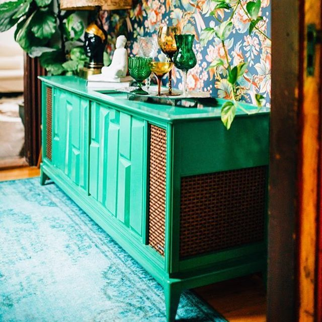 That green buffet! 💚💚💚 📸 @thejungalow . . . #jungalowstyle #jungalow #gypsy #bohochic #bohostyle #boho #green #wallpaper #interiordesign #interiorstyling #stylist #perth #fremantle