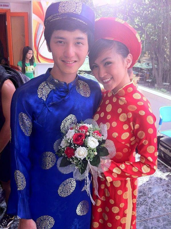 Pareja en su día de boda tradicional, vestidos de Ao Dai vietnamita