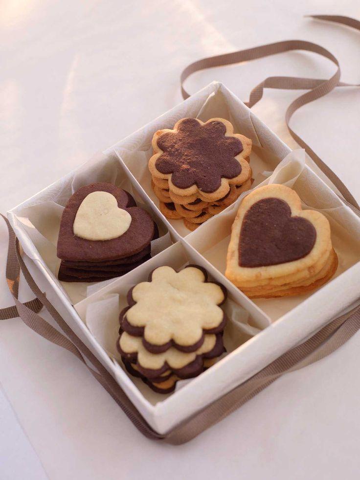 """Lekre småkjeks med både hvit og mørk sjokolade, som er perfekte å gi bort til for eksempel jul. Så enkelt og så vakkert kan det altså gjøres! Disse småkakene er Peggy Nordvik fra Sandnes sitt bidrag i TINE og KKs """"Søte, spiselige gaver""""-konkurranse."""