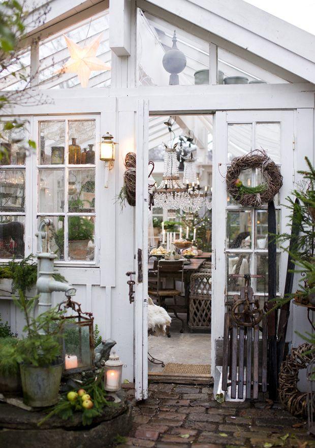 Der er hyggelig adventsfest i dette hjemmebyggede orangeri. Bliv inspireret af de mange pynteidéer, og snup de lækre opskrifter på søde julegodter!