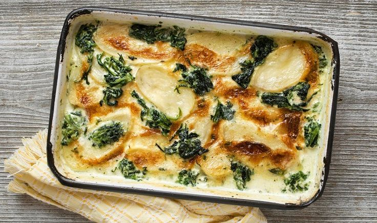 Γκρατέν πατάτας με σπανάκι και καπνιστό τυρί